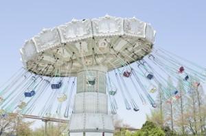 遠心力 遊園地 回転ブランコ イメージ画像